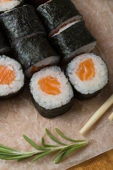 Hosomaki свертывает крупный план на черной плите с селективным фокусом. роллы с морскими водорослями, рисом, лососем