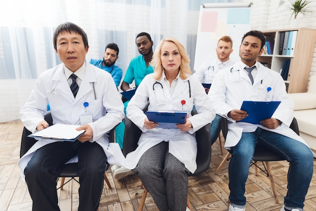 Hospital doctor's meeting and discussion in clinic.
