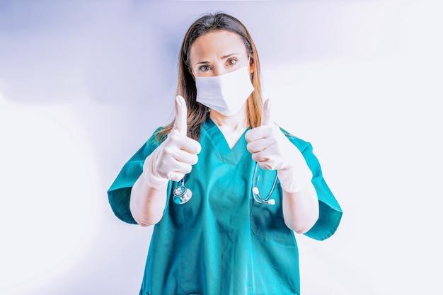 청진기 얼굴 마스크와 장갑을 끼고 승인 기호 포인트 개념에서 엄지손가락을 위로 올리는 병원 의사 좋은 병원 의료 결과 병원