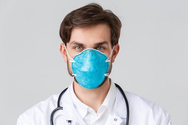 Больница, медицинские работники, концепция лечения covid-19. красивый врач, работающий в клинике пандемии коронавируса, просит пациентов оставаться в безопасности дома, носить защитный респиратор, медицинскую защиту