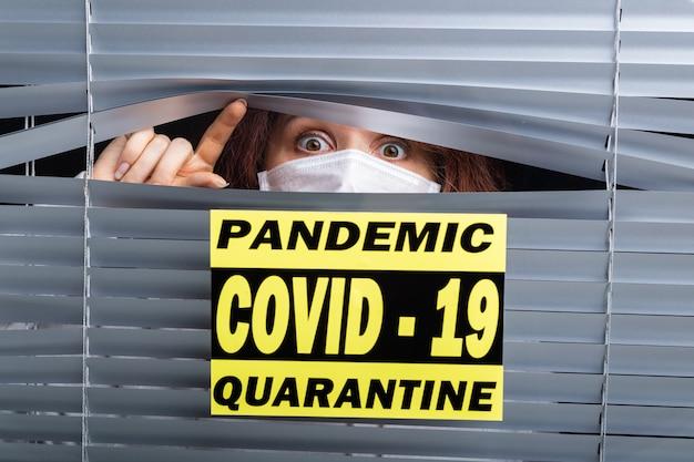 코로나 바이러스 covid-19 대유행 치료를 희망하는 병실에 홀로 서있는 환자의 병원 격리 또는 격리