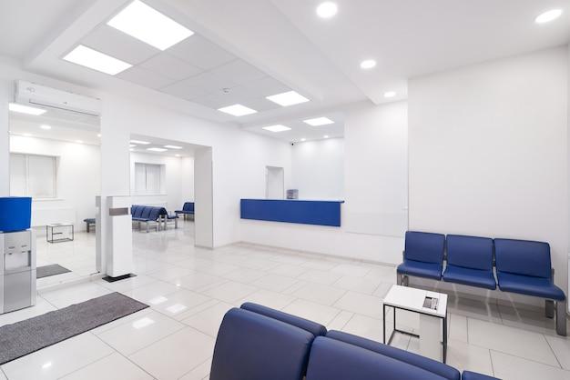 Зал ожидания больницы с пустыми стульями.