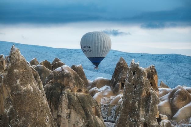 Воздушный шар летит над песчаными горами