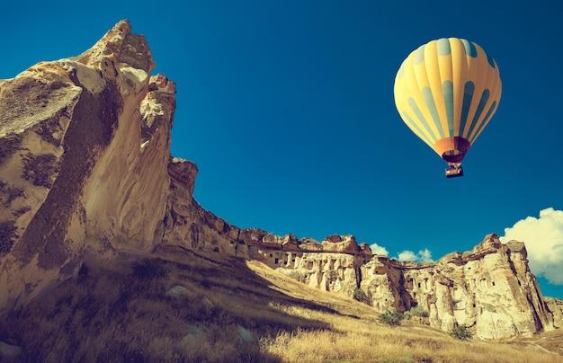 Воздушный шар пролетает над впечатляющей каппадокией