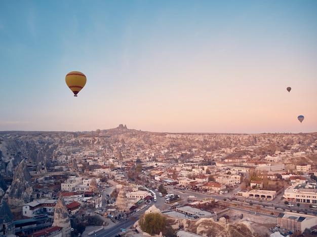 日の出のカッパドキアの熱気球