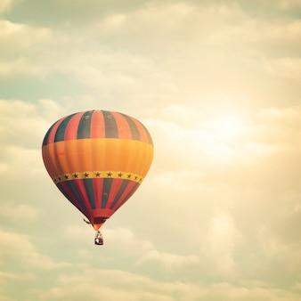 구름, 빈티지 및 복고풍 필터 효과 스타일로 태양 하늘에 열기구