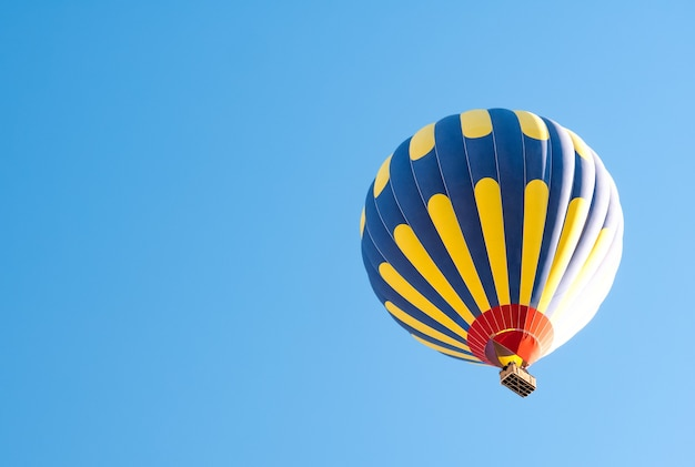 푸른 하늘 위로 뜨거운 공기 풍선
