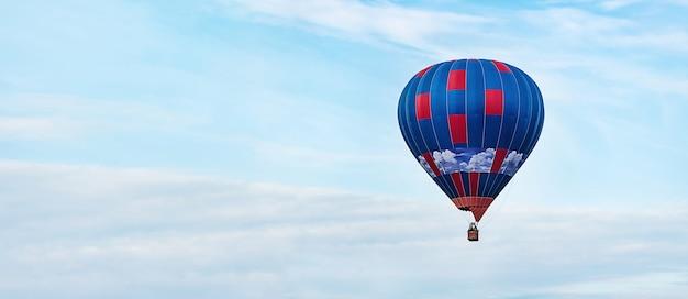 青い空の上の熱気球