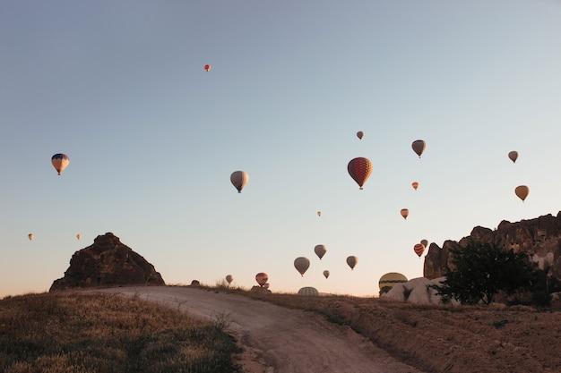Парад воздушных шаров в каппадокии на рассвете