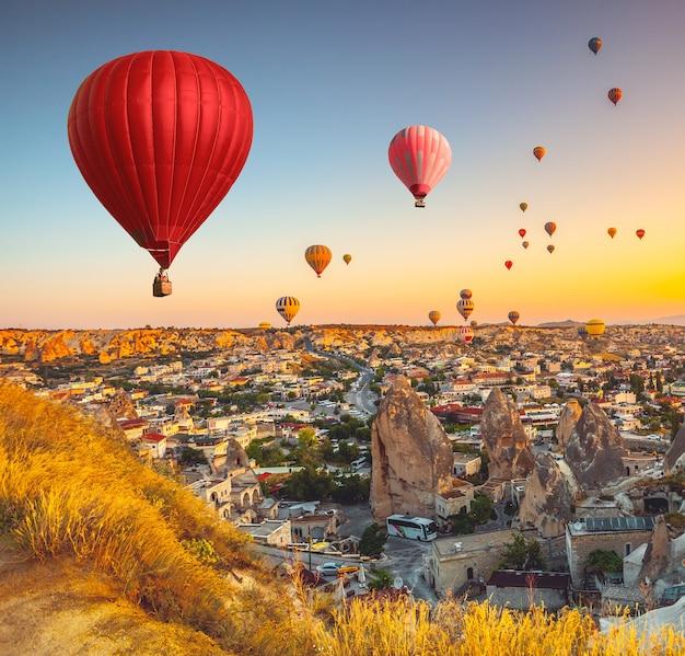 Воздушные шары летают над живописной каппадокией