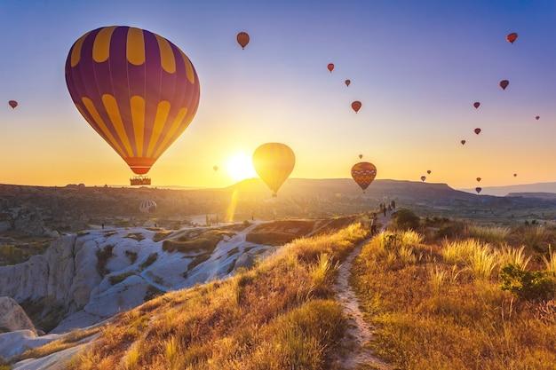 Воздушные шары летают над впечатляющей каппадокией