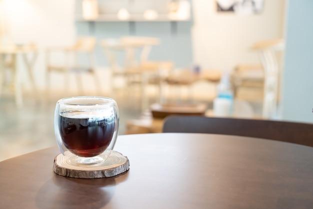 コーヒーショップのカフェやレストランでホットアメリカーノブラックコーヒー