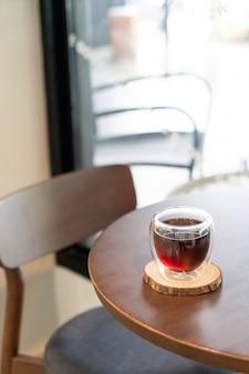 Горячий черный кофе американо в кафе и ресторане