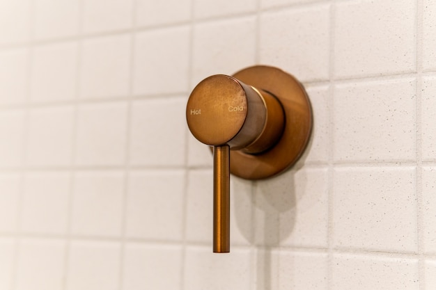 욕실 벽에 뜨겁고 차가운 현대 크롬 샤워 핸들 밸브