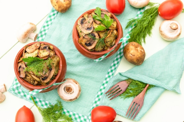 キノコ、肉、ジャガイモをオーブンで焼いた辛くておいしい一品。上面図。