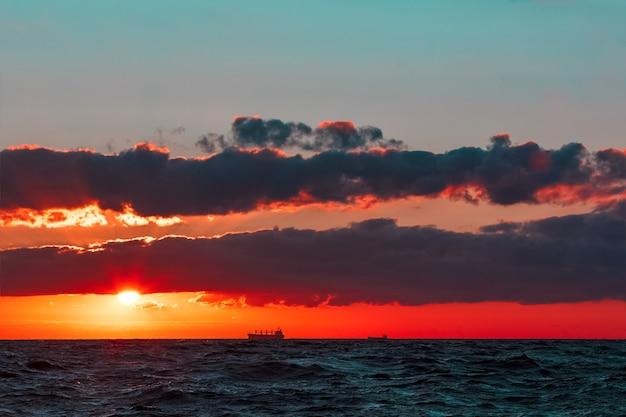 Горячий и романтичный закат над балтийским морем. спокойный пейзаж