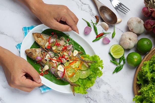 태국 음식 재료로 장식 된 뜨겁고 매운 고등어