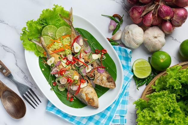 Острая и острая скумбрия, украшенная тайскими продуктами
