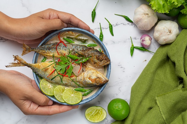 タイ料理の食材で飾られた辛くて辛いサバ