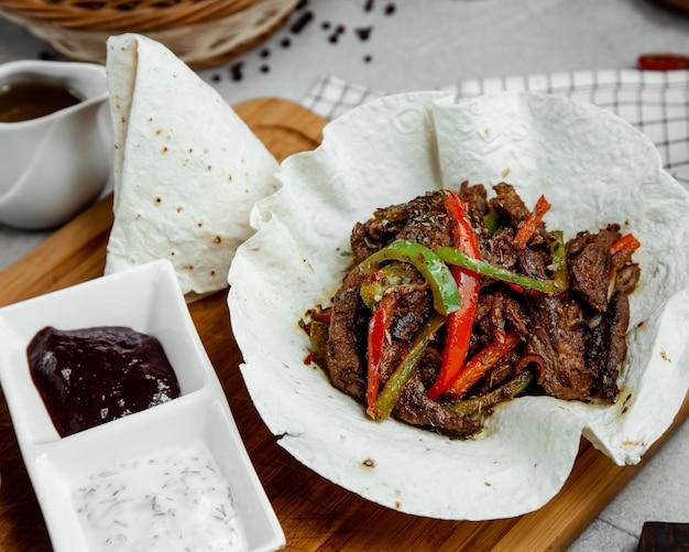 야채와 함께 매운 매운 고기