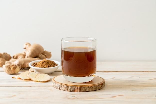 生姜の根が付いた辛くて甘い生姜ジュースグラス-ヘルシードリンクスタイル