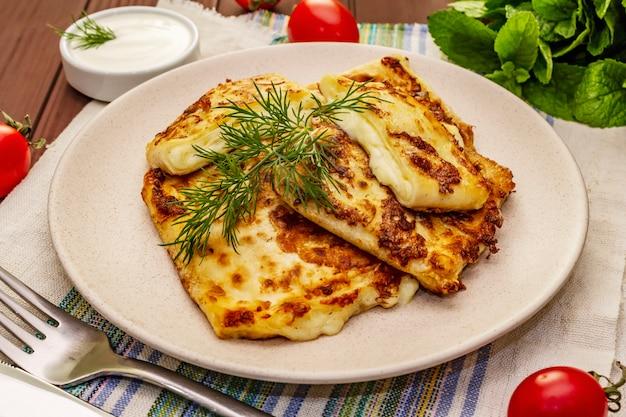 Горячая закуска - лаваш с сыром и зеленью. вегетарианская здоровая еда
