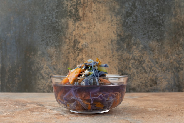 Горячий, ароматный, травяной чай на мраморной поверхности