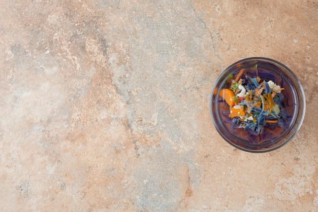 大理石の表面に温かい香りのハーブティー