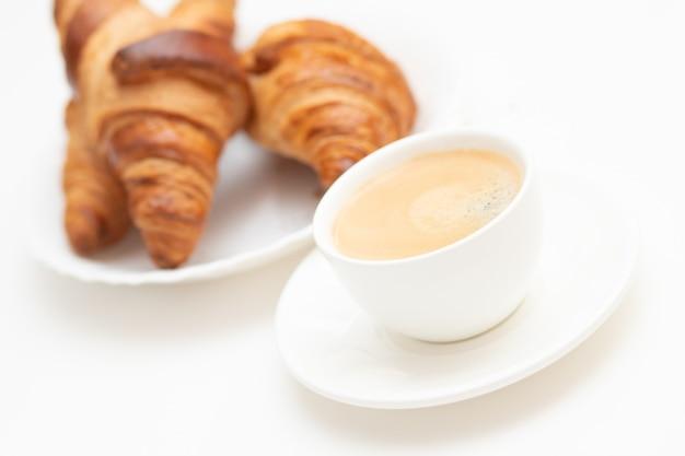 뜨거운 향기로운 커피와 프렌치 크루아상. 카페나 집에서 맛있고 맛있는 아침 식사.