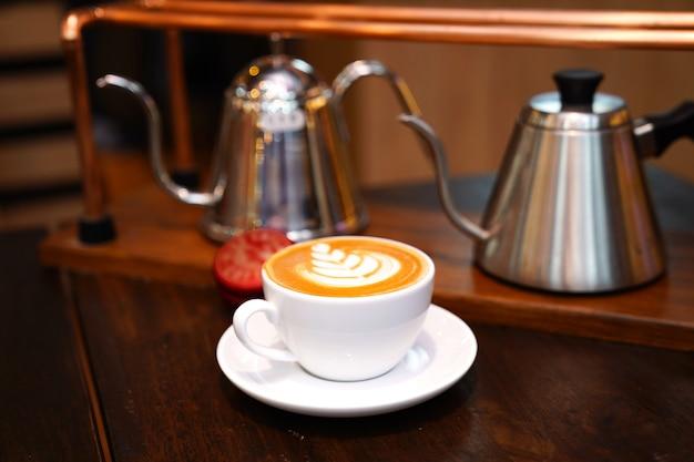 Hot art latte в белом искусстве на деревянном столе