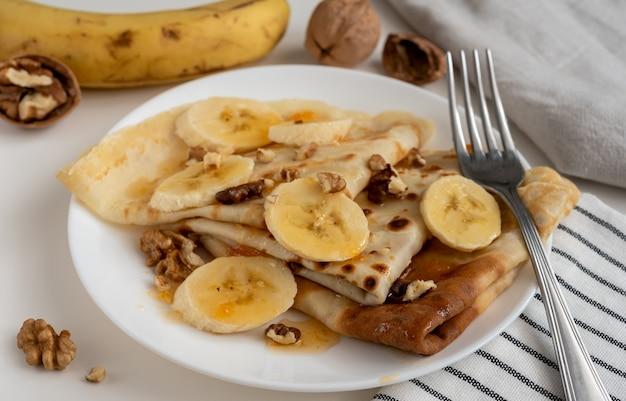 キャラメルソースとクルミのホットバナナパンケーキ