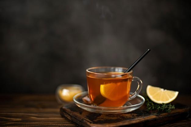 ガラスのマグカップに蜂蜜とレモンと熱い紅茶