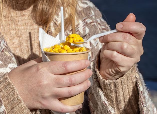 Горячая вареная кукуруза свежая, быстрое, вкусное и полезное блюдо в бумажном стакане.
