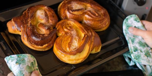 베이킹 시트에 뜨거운 빵