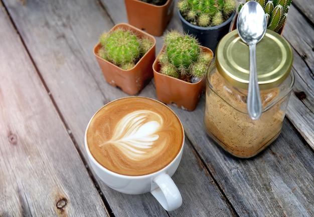 朝の低く曇りの照明でリラックステーブルの写真に朝のホットカプチーノコーヒー。