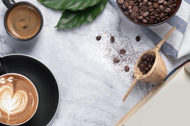 커피 원두와 뜨거운 카푸치노 커피는 대리석 테이블에 지상