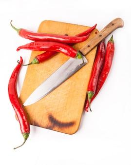 トウガラシ唐辛子とボード上のナイフ