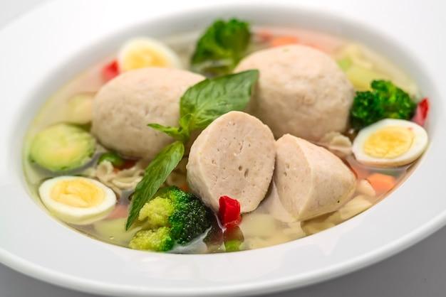 チキンスープ、ミートボール、ニンジン、パスタ、新鮮なパセリのスープ