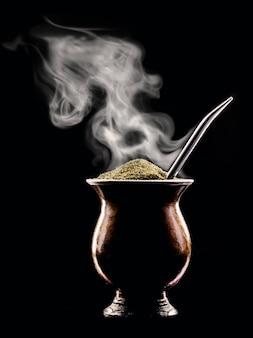 熱いchimarrãƒâƒã'âƒãƒâ'ã'âƒãƒâƒã'â'ãƒâ'ã'â£o、ブラジルと南アメリカからの典型的な飲み物、蒸気の沸騰する波を放出します
