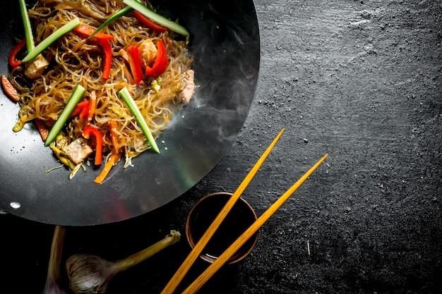 검은 시골 풍 테이블에 닭고기와 야채와 함께 뜨거운 중국 funchoza