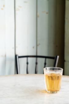 テーブルの上のガラスの熱い中国茶