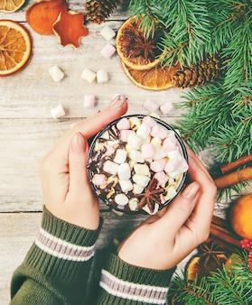 ホットチョコレートとマシュマロのクリスマスの背景