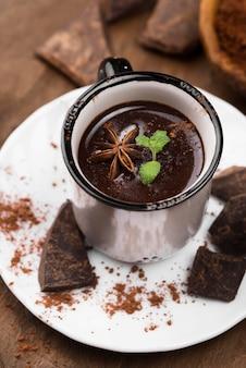 Bevanda aromatica al cioccolato caldo sul piatto