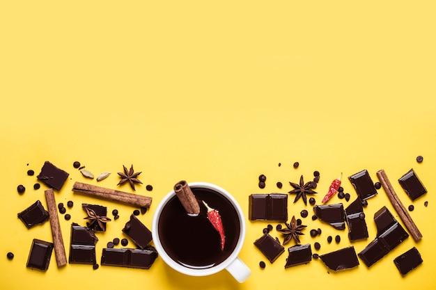 唐辛子とシナモンのホットチョコレートカップ。その料理の材料