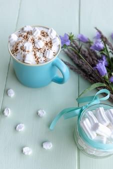 이른 아침에 거품을 낸 핫 초콜릿 음료.