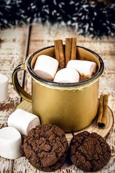 黄金の銅のマグカップのホットチョコレート、マシュマロとホットクリスマスドリンク