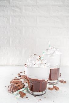 Горячий шоколадный молочный коктейль, холодный алкогольный коктейль с мороженым или взбитыми сливками, с кусочками шоколада Premium Фотографии