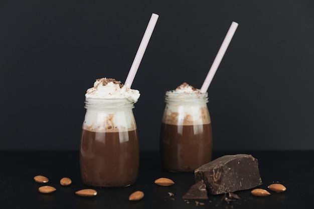Горячий шоколад со сливками в окружении орехов Бесплатные Фотографии