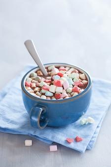 マシュマロと赤いハートのホットチョコレート