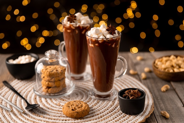 Горячий шоколад с зефиром на деревянном столе с копией пространства